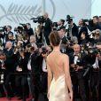 A modelo Emily Ratajkowski apostou em um vestido Twinset com costas decotadas para a 70ª edição do Festival de Cannes, realizado no Sul da França