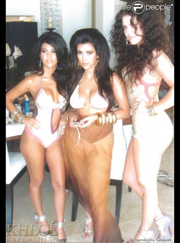 Khloe Kardashian posta foto com as irmãs Kourtney e Kim em um ensaio fotográfico há cinco anos com roupas de praia e cabelos volumosos, em 17 de janeiro de 2013