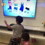 Wesley Safadão, sem camisa, se diverte com os filhos em jogo de dança. Vídeo!