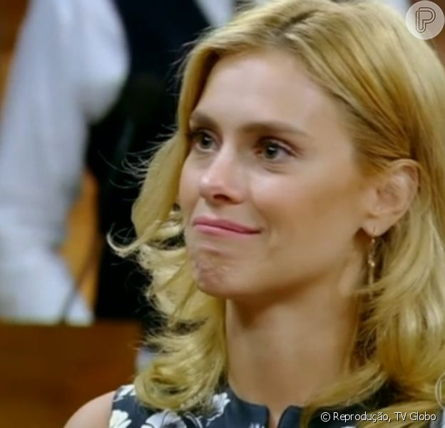 Carolina Dieckmann se emociona ao rever cena em que tem a cabeça raspada, na novela 'Laços de Família', em 19 de março de 2014