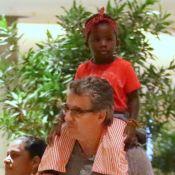 Pai de Giovanna Ewbank leva neta, Títi, nos ombros ao comemorar aniversário