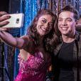 Wesley Safadão foi tieado por Juliana Paes e posou ao lado da atriz e de Emílio dantas durante a gravação de sua participação na novela 'A Força do Querer'