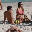 Isis Valverde curte praia com o namorado, André Resende, e mostra boa forma