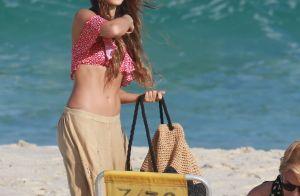 Isis Valverde exibe barriga chapada e beija o namorado em dia de praia. Fotos!
