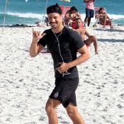 Cauã Reymond pratica corrida sozinho em praia do Rio de Janeiro. Fotos!