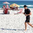 Cauã Reymond se exercita sozinho em praia do Rio