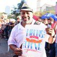 Ailton Graça segura cartas a favor das Diretas Já durante protesto em São Paulo