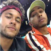 Neymar assiste jogo de basquete com Lewis Hamilton e exibe look cacheado. Vídeo!