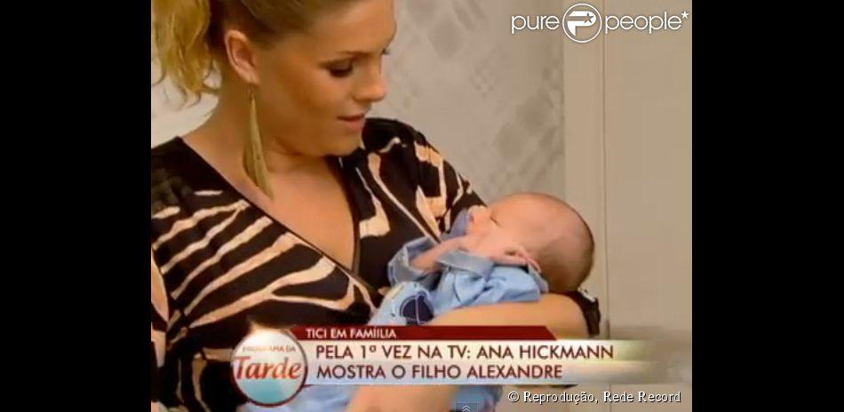 Ana Hickmann mostrou o filho ao vivo no 'Programa da Tarde', da Record
