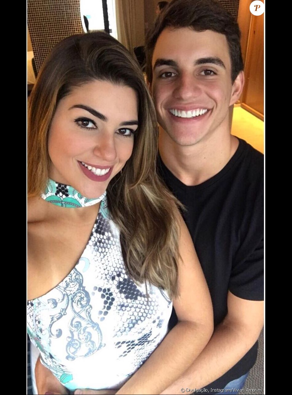 Ex-BBB Vivian e o namorado, Manoel, fazem teste de afinidade em vídeo publicado no canal da amazonense nesta quinta-feira, dia 08 de junho de 2017