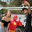 Bruna Marquezine e Neymar se divertiram ao encontrar ator fantasiado de Flash, o herói das histórias em quadrinhos