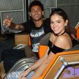 O casal Bruna Marquezine e Neymar se divertiu com amigos no Six Flags Magic Mountain, em Los Angeles, na Califórnia, em 8 de junho de 2017