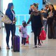 Filha de Giovanna Ewbank, Títi esbajou estilo em embarque com a mãe