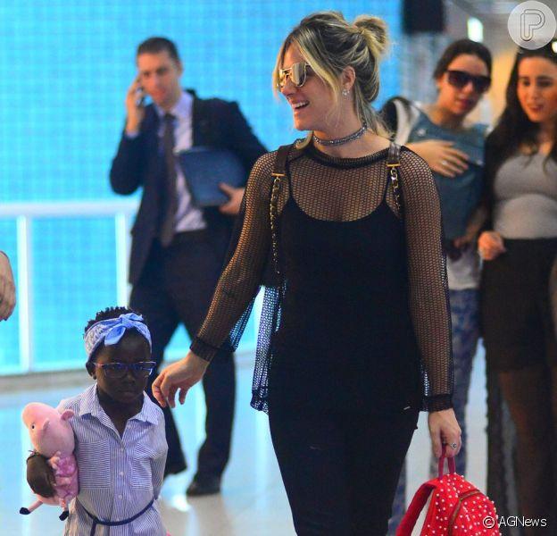 Títi, filha de Giovanna Ewbank, esbajou estilo em embarque com a mãe nesta sexta-feira, 9 de junho de 2017