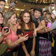 Paloma Bernardi tira foto com fãs durante presença vip em loja de lingerie