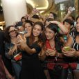 Paloma Bernardi faz selfie com fãs durante presença vip em loja