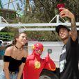 Bruna Marquezine e Neymar brincaram em um parque de diversões nos EUA