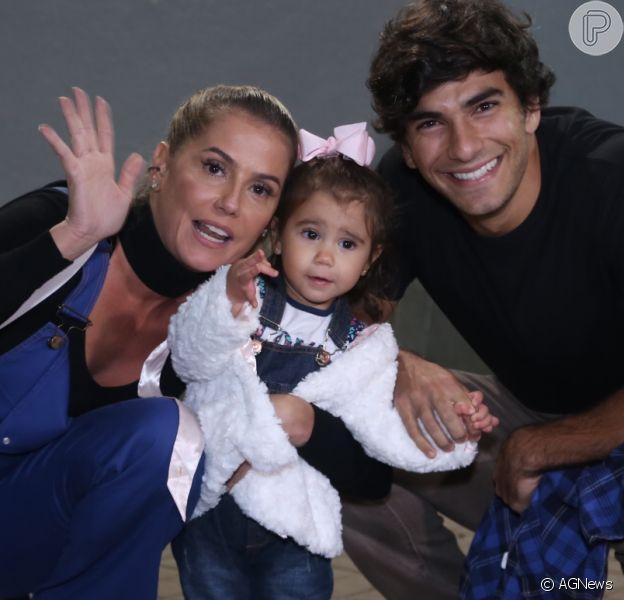 Deborah Secco vai com a filha, Maria Flor, a show e a bebê acena para fotos nesta quarta-feira, dia 14 de junho de 2017