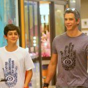 Márcio Garcia e filho compram blusas iguais e deixam loja usando a peça. Fotos!