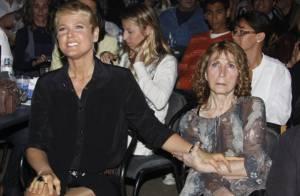 Internada em CTI, mãe de Xuxa chora: 'Sinal que ela ainda está com a gente'