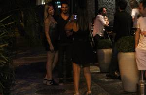 Cauã Reymond faz parada em lanchonete no Rio e posa sorridente com fãs