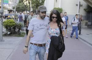 Alinne Moraes abaixa a cabeça para evitar flashes durante passeio com namorado