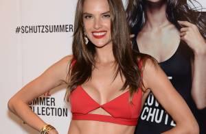Alessandra Ambrosio usa barriga de fora em evento de marca brasileira, em NY