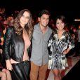 Milena Toscano usa calça e jaqueta de couro no São Paulo Fashion Week