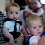 No colo de Kate Middleton, Príncipe George esbanja fofura na Nova Zelândia