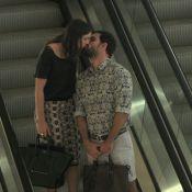 Juliano Cazarré beija a mulher, Letícia, durante passeio em shopping, no RJ