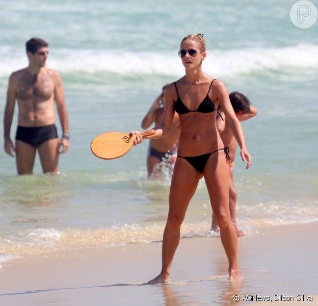 Fernanda de Freitas jogou frescobol na praia da Barra da Tijuca, Zona Oeste do Rio