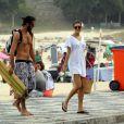 Sophie Charlotte curtiu o domingo, 13 de abril de 2014, na praia do Leblon, na Zona Sul do Rio de Janeiro. A atriz, que chegou sozinha e passou boa parte do tempo lendo um jornal, logo ganhou a companhia de um amigo. Juntos, eles deram um mergulho e conversaram bastante. Simpática, Sophie foi abordada por várias fãs e não se recusou a posar para fotos