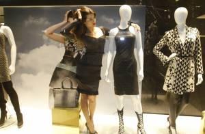 Isabelli Fontana repete pose de foto e abraça manequim em vitrine de loja em SP