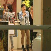 Sthefany Brito exibe pernas torneadas durante passeio em shopping, no RJ