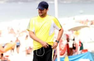 Marcelo Serrado mantém a boa forma caminhando na orla de Ipanema, no Rio