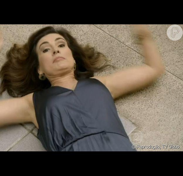Fátima Bernardes fica caída no chão em participação no programa humorístico 'Tá no Ar: A TV na TV'