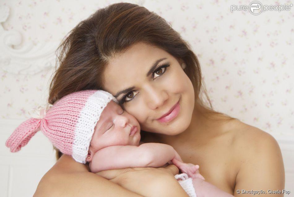Nivea Stelmann posou para fotos com sua filha recém-nascida Bruna, quando ela estava com apenas 20 dias