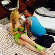 Avril Lavigne bebe água de coco em piscina de hotel no Rio de Janeiro