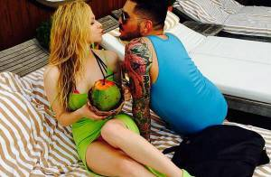 Avril Lavigne bebe água de coco em dia de folga da turnê pelo Brasil