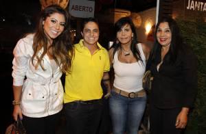 Thammy Miranda janta com a namorada e com a mãe, Gretchen, no Rio de Janeiro