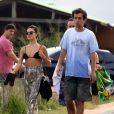 Isis Valverde curte praia no Rio de Janeiro com amigos um dia após tirar o colar cervical