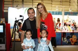 Luciano Camargo e a mulher levam as filhas gêmeas para o Disney On Ice, em SP