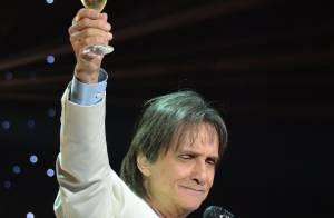 Roberto Carlos bebe champanhe em show em homenagem ao Dia das Mães, em São Paulo