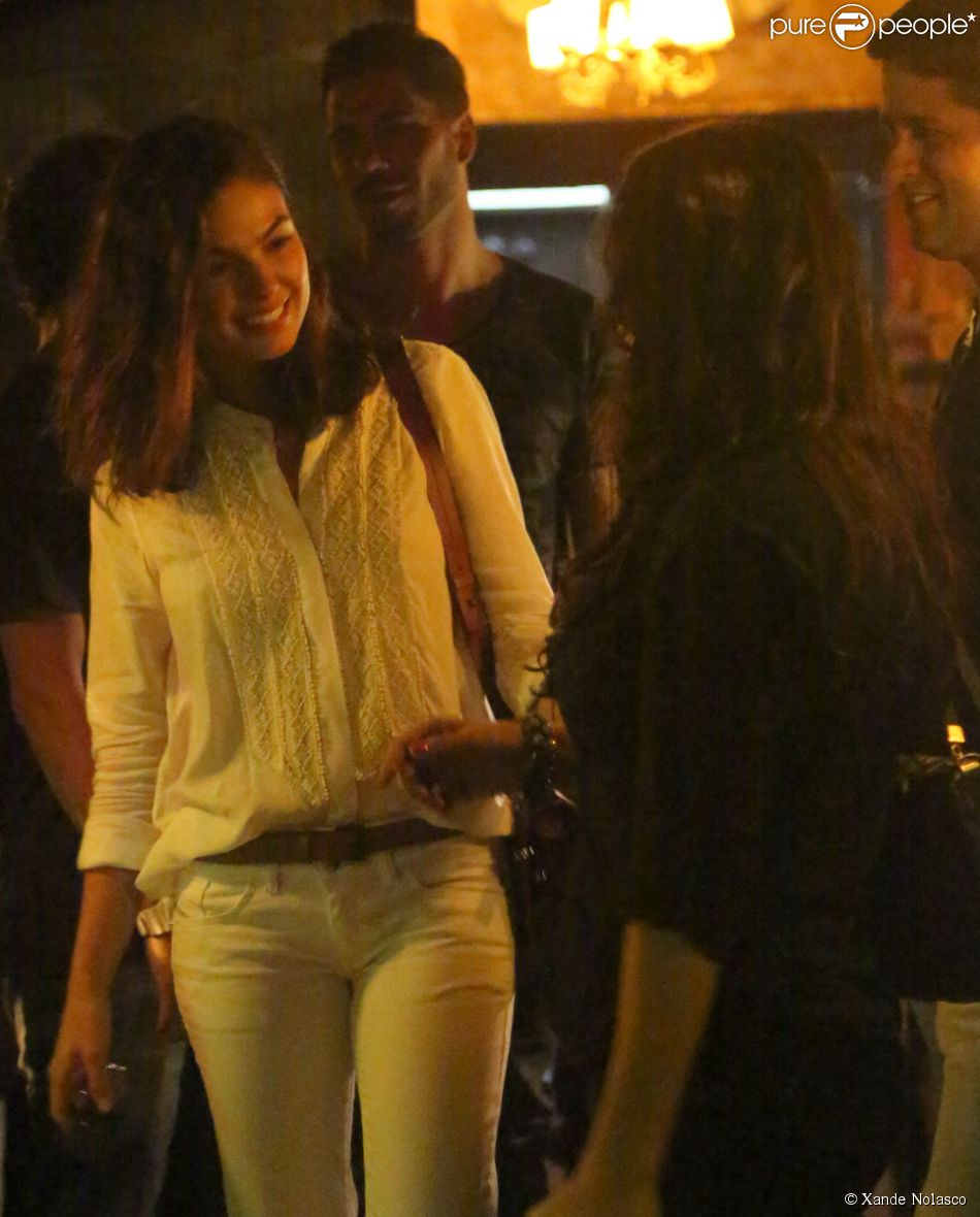 Isis Valverde é flagrada em jantar romântico com o ator mexicano Uriel del Toro, na Barra da Tijuca, no Rio de Janeiro, em 9 de maio de 2014
