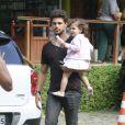 Cauã Reymond com a filha, Sofia, durante um passeio