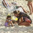 Sofia curtindo um dia de sol com a mãe, Grazi Massafera, na praia da Barra da Tijuca