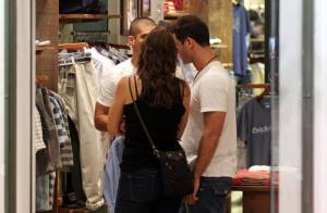 No ar em 'Salve Jorge', Sidney Sampaio passeia com a namorada em shopping