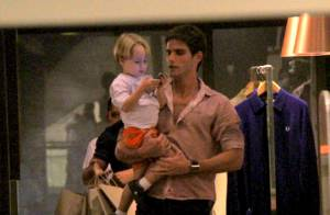 Jonatas Faro leva Guy, seu filho com Danielle Winits, para passear no shopping