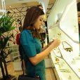 Thaila Ayala experimentou as jóias que estavam nos mostruários