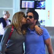 Loira, Nivea Stelmann beija o marido no aeroporto e viaja com a filha